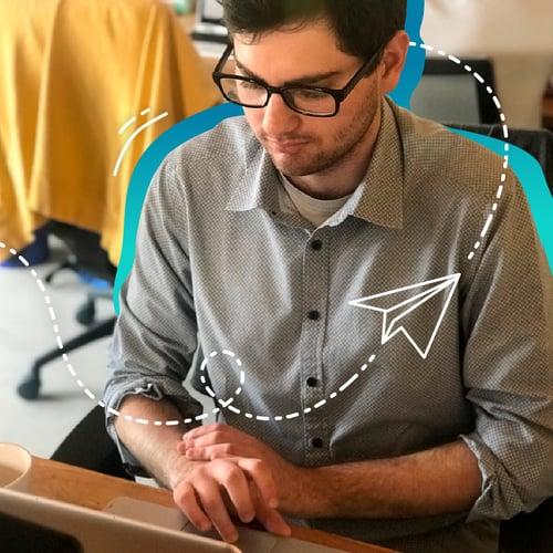 analista de marketing en equipo de inbound marketing trabajando en computadora de oficina de agencia inbound