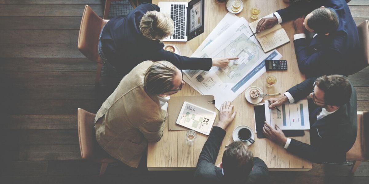 empresarios reunidos en una mesa descubriendo para quien no es el inbound marketing