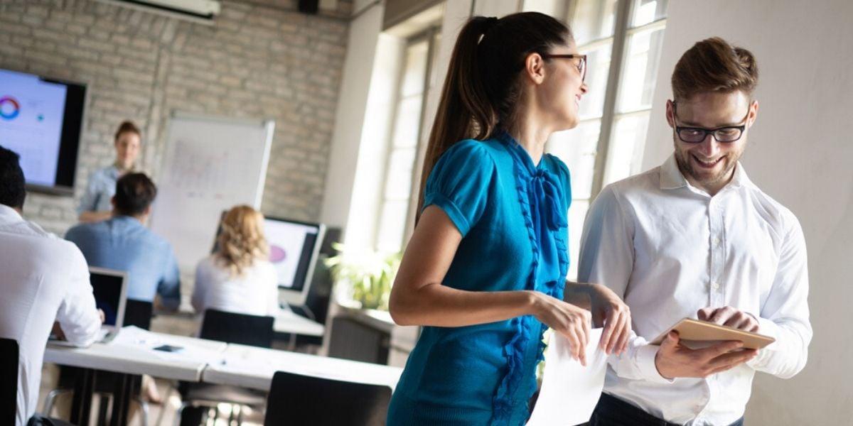 dos colegas en oficina hablando sobre como saber para quien es inbound marketing