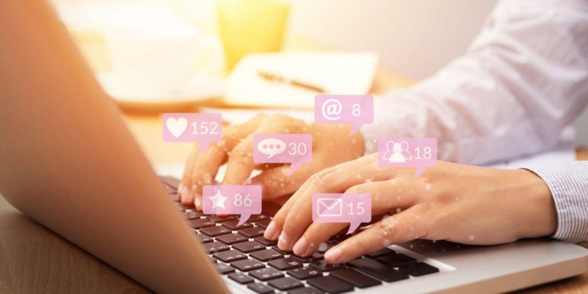 hombre en computadora con mensajes de redes sociales haciendo marketing para ecommerce