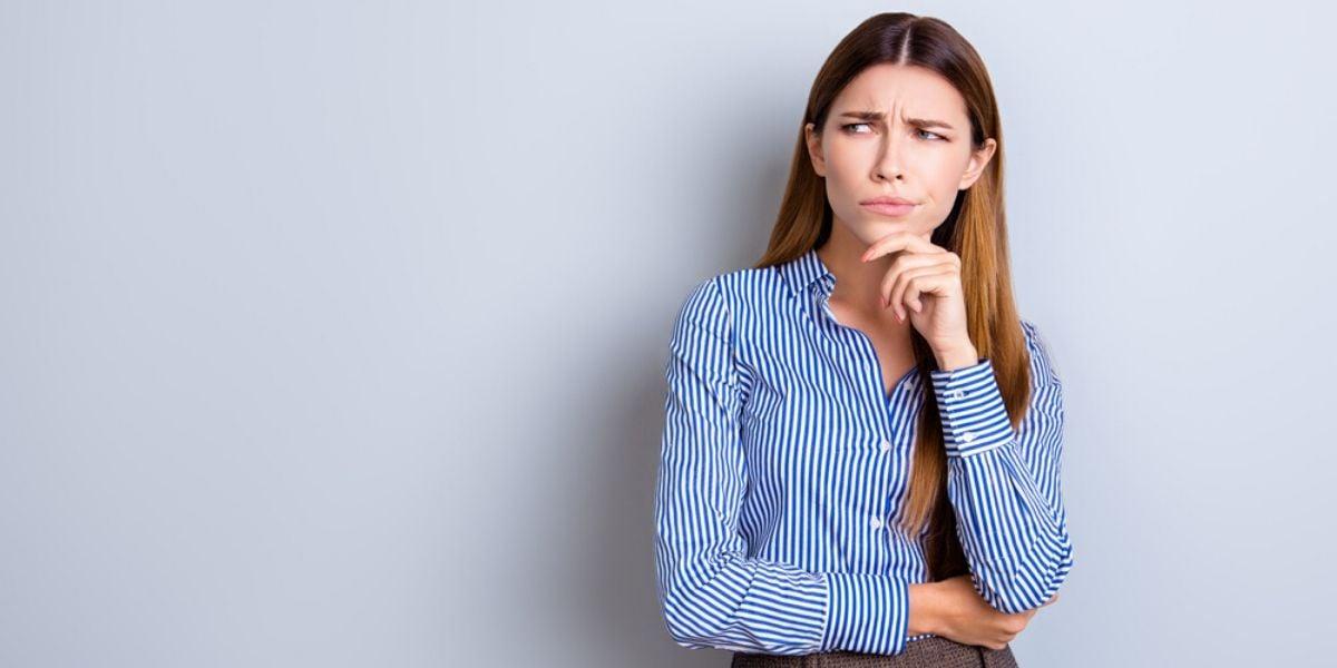 mujer en camisa rallada pensando para quien no es inbound marketing