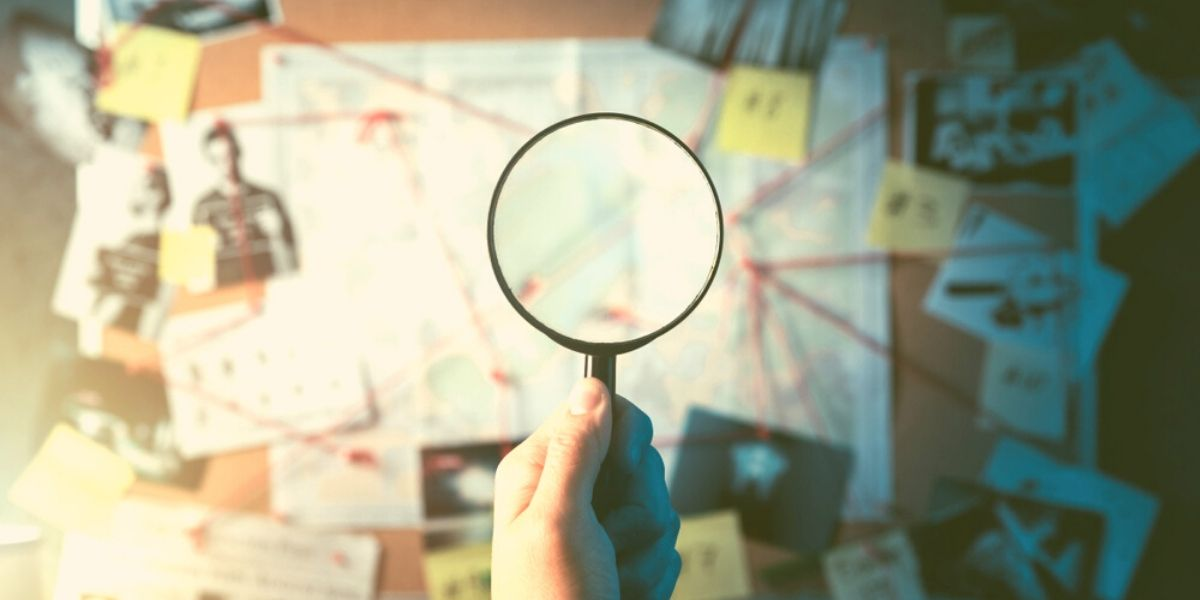 lupa y datos en pizarra para hacer pregtunas para elegir una agencia de inbound marketing