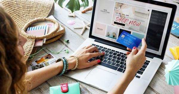 Mujer realizando una compra vía comercio de blog