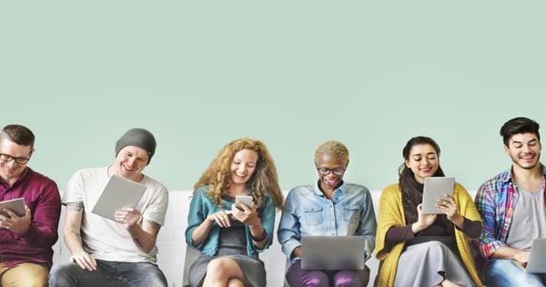 personas inrteractuando en redes sociales