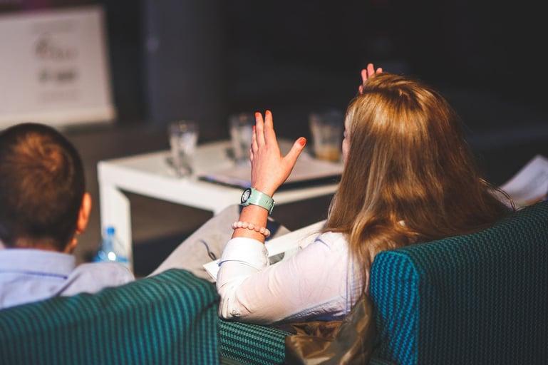 Mujer hablando durante una reunión