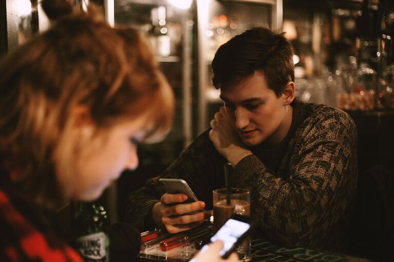 jóvenes mirando redes sociales