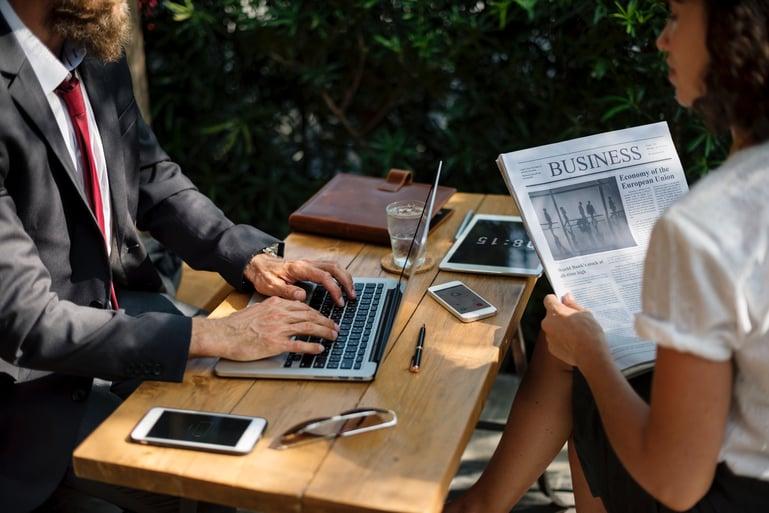 Empresario reunido con una cliente
