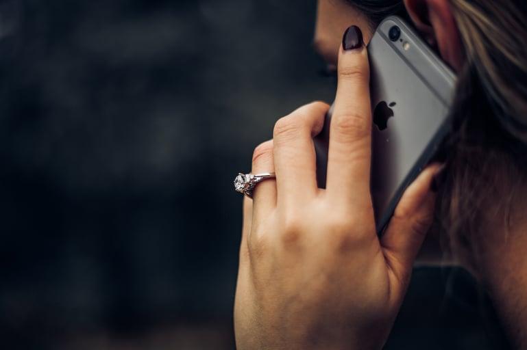 Mujer conversando por teléfono